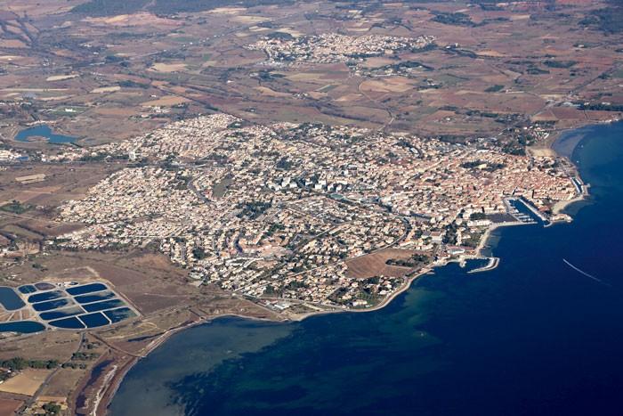Vue aérienne de la commune de Mèze