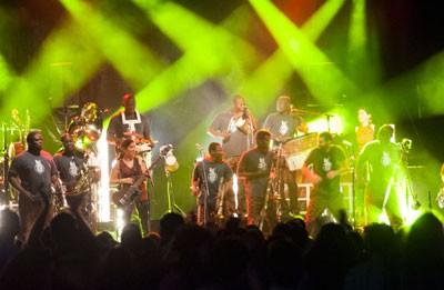 Les Ogres de Barback ont fêté leur 20 ans avec la fanfare béninoise Eyo'nlé