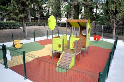 La nouvelle aire de jeux pour enfants dans l'aile nord du parc du château.