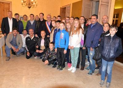 La délégation de jeunes judokas russes et leurs entraîneurs accueillis en mairie par Henry Fricou.