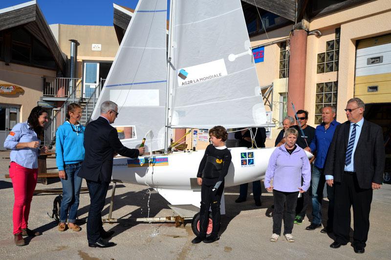 Le nouveau Miniji du Yacht Club de Mèze, baptisé au champagne par les responsables d'AG2R la Mondiale en présence de Thierry Baëza et de Marie-Claire Durand.