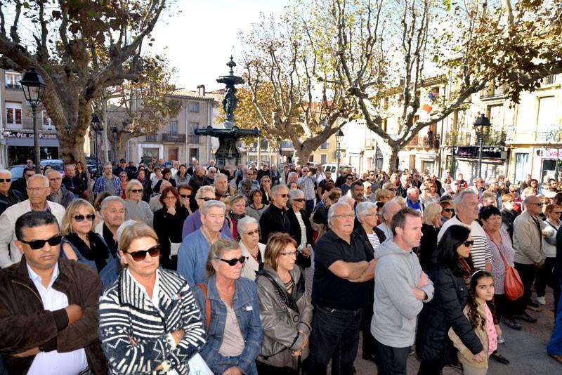 Près de 300 personnes rassemblées lundi devant la mairie pour rendre hommage aux victimes de attentats de Paris.